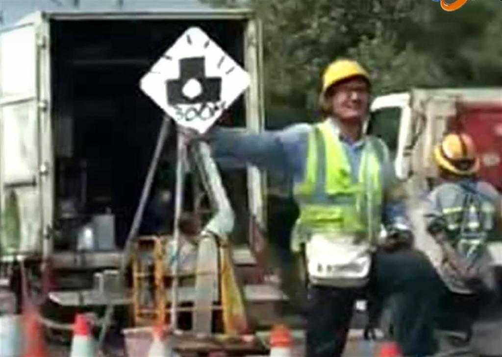 彰化縣和美鎮日前有民眾直擊,路邊工人舉著手繪的「前方有測速照相機」的警示牌,引起網友討論。(翻攝中視新聞)