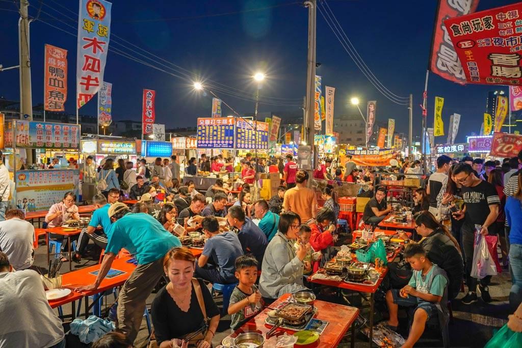 原PO發現,雙北地區這類廣場型夜市,無論是人潮或是商機都遠不及路邊夜市。(示意圖/達志影像)
