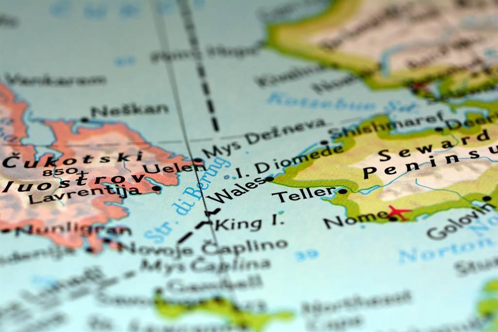 美國和俄羅斯在白令海峽所屬的2座小島,雖然之間只差距約3.9公里,卻有著21小時的時差。(圖/達志影像)