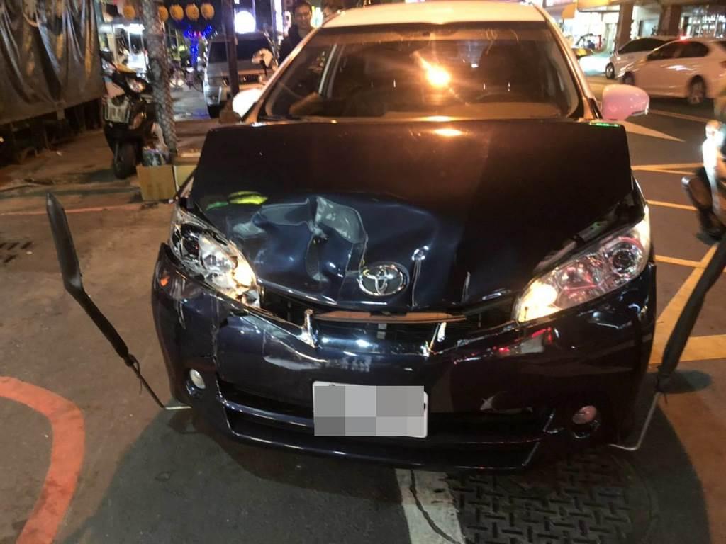 蕭姓偷車賊開著贓車衝撞警車,導致警車車頭全毀,最後仍被圍捕落網。(民眾提供/謝瓊雲彰化傳真)