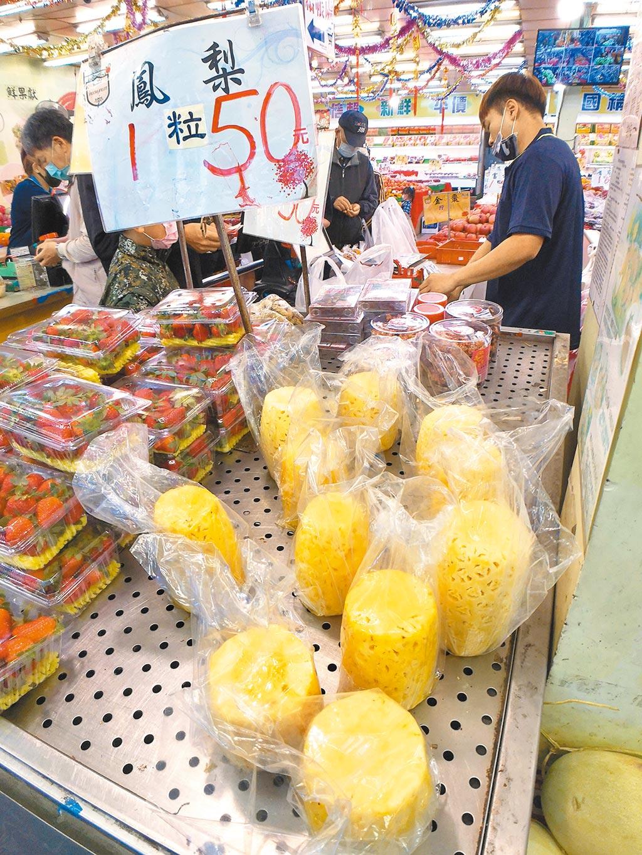 大陸昨起停止進口台灣鳳梨,綠營立委和意見領袖要求政府「硬起來」,向世界貿易組織(WTO)申訴。圖為坊間水果行將鳳梨削皮後擺在醒目處販售。(黃世麒攝)