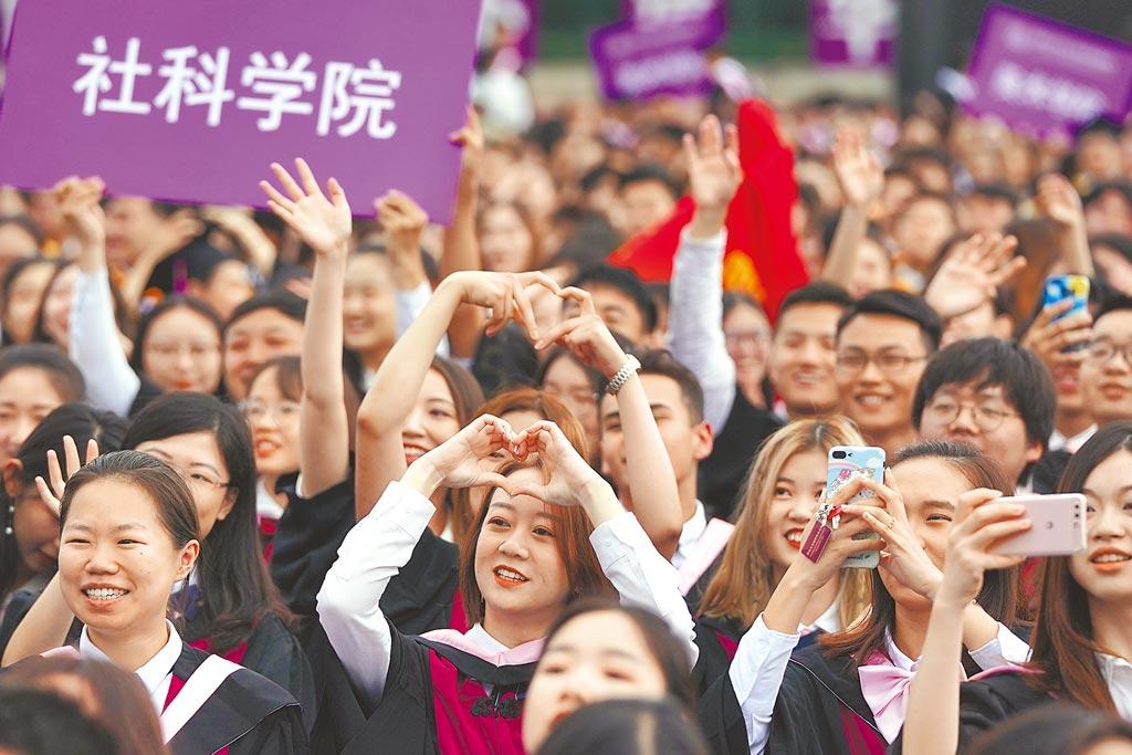 北京清大規定,大學生或碩博士,需在特定期刊發表一定論文數量後,才能畢業或申請學位,但該校校長邱勇近日公開呼籲取消相關規定。圖為北京清大2019年畢業典禮。(新華社)