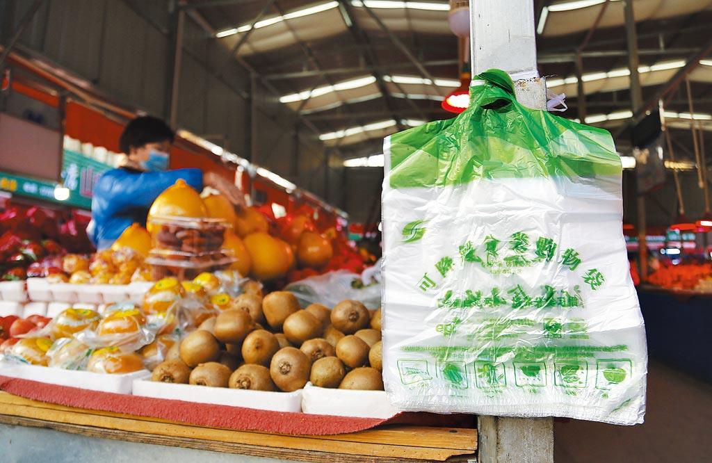 在大陸青海西寧康西一處市場內,每個攤位均掛有可分解分類購物袋,方便市民購物。(中新社)