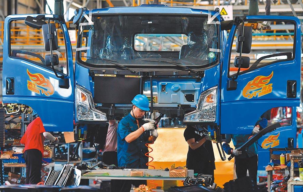 根據最新統計,大陸連續11年為全球最大製造業國,不受美國先前貿易制裁影響。圖為福建的一處汽車廠。(中新社)