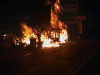 台南轉運站停車場深夜大火沖天 45輛機車燒成廢鐵