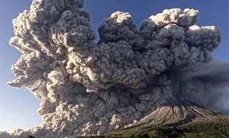 印尼西纳彭火山喷发 灰云直衝3公里高空