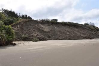 竹南鎮假日之森海濱沙岸 春節發生嚴重崩坍危及自行車步道