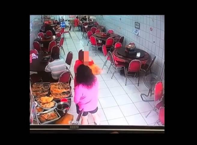 女控嘉義砂鍋魚頭老店多算錢,業者曝監視器畫面,在地人看完氣炸。(圖/翻攝自嘉義綠豆大小事)