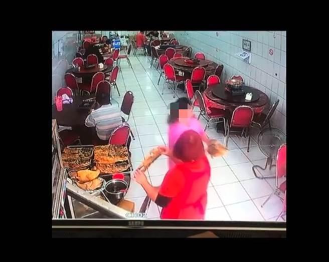 女控嘉義砂鍋魚頭老店多算錢,監視器畫面曝光後,在地人力挺店家。(圖/翻攝自嘉義綠豆大小事)