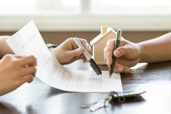房東手滑寫錯租約日期,網友一看竟喊快公證,直接賺翻。(圖/Shutterstock)