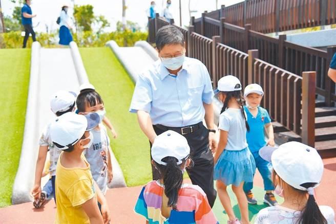 新竹縣長楊文科(中)推動增設公立、非營利幼兒園,提供更多平價教保服務,並期望能降低家長育兒負擔。(莊旻靜攝)