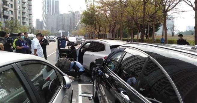 犯嫌駕駛BMW休旅車,停在高雄美術館附近停車格,與警方展開槍戰,身中多槍送醫不治。(民眾提供)