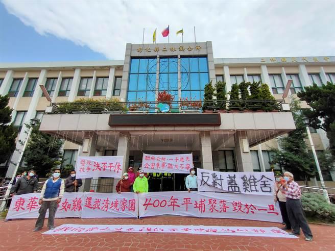 2日上午彰化縣二林鎮公所前聚集大批東華里民眾,抗議社區裡要興建養雞場。(吳建輝攝)