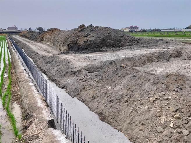除了養雞疑慮,許宋說,機具進駐後,還先挖走原本豐沛的土壤,再趁半夜傾倒不知名的廢土進來,相當惡劣。(彰化環盟提供/吳建輝彰化傳真)