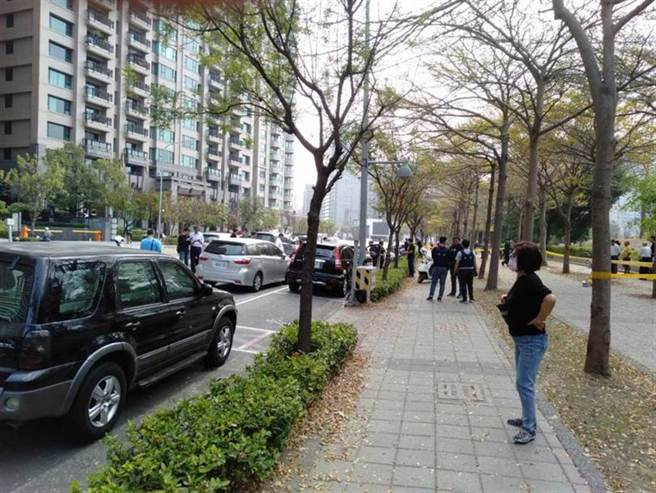 今早高雄美術館附近爆發警匪槍戰,附近區域皆是豪宅,前總統陳水扁就住此區,大白天槍聲,民眾心驚。(民眾提供)