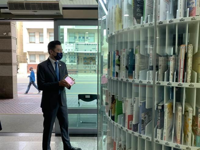 新竹市政府推出兩座類似自動販賣機的「微型圖書館」,每座圖書館書藏量都達350本,其還設有360度櫥窗展示書籍,方便民眾輕鬆挑選。(陳育賢攝)
