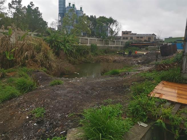 竹南鎮公館里新活動中心選址在舊台鐵鐵道旁閒置空地,約有3百多坪。(謝明俊攝)