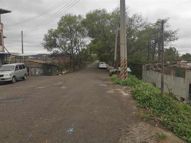 舊台鐵鐵道路基仍在,目前已改成一般道路。(謝明俊攝)