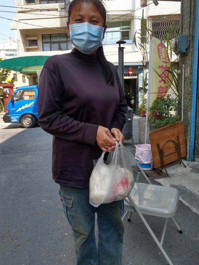 参加採果乐的民眾特地买了包子谢谢林金地夫妇的大方慷慨。(杨石旭提供/张毓翎嘉义传真)