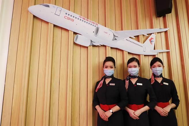中國東方航空與中國商飛公司在上海正式簽署c919大型客機購機合同,首批引進5架,東航將成為全球首家運營c919大型客機的航空公司。(圖/中新社)
