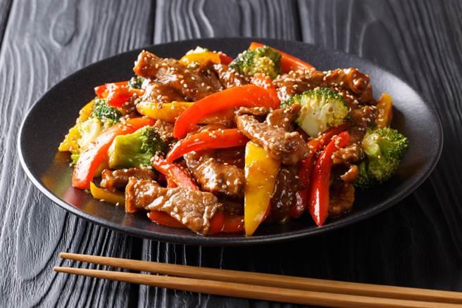 牛肉要怎麼炒才能軟嫩不塞牙?專家曝關鍵步驟。(示意圖/達志影像)