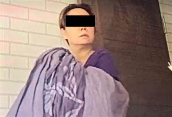 贵妇身世被起底,是嫁来台20年的陆配,曾在阿公店陪酒,情夫的儿子指控父亲花4200万给她买车买房,为她抛家弃子。(图/翻摄自爆料公社)。