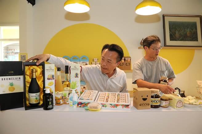 嘉义县长翁章梁今2日前往凤梨产区民雄乡打猫合作社了解加工品产销情形。(吕妍庭摄)