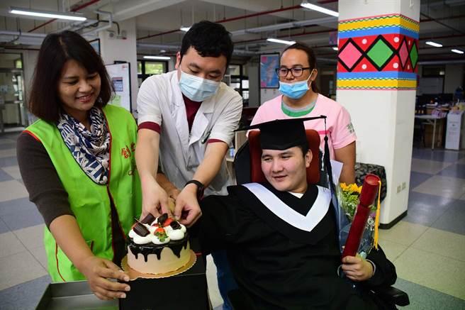 奇蹟甦醒的植物人小堅2日轉院,創世台東院為他換上畢業服,並且獻花、切蛋糕歡送。(莊哲權攝)