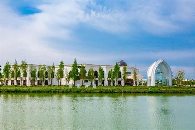 皇家薇庭座位于庄敬大池旁,天气无风时可见桃园版的天空之镜。(业者提供/蔡依珍桃园传真)