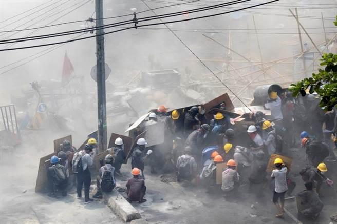 緬甸抗議情勢升高,各地都傳出傷者,統計有20人受傷,3人命危。(圖/路透)
