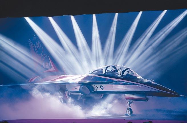 勇鷹高教機,2019年以紅白藍塗裝首度在國人面前曝光,絢爛燈光投影下,展現機身優美線條。(本報資料照片)