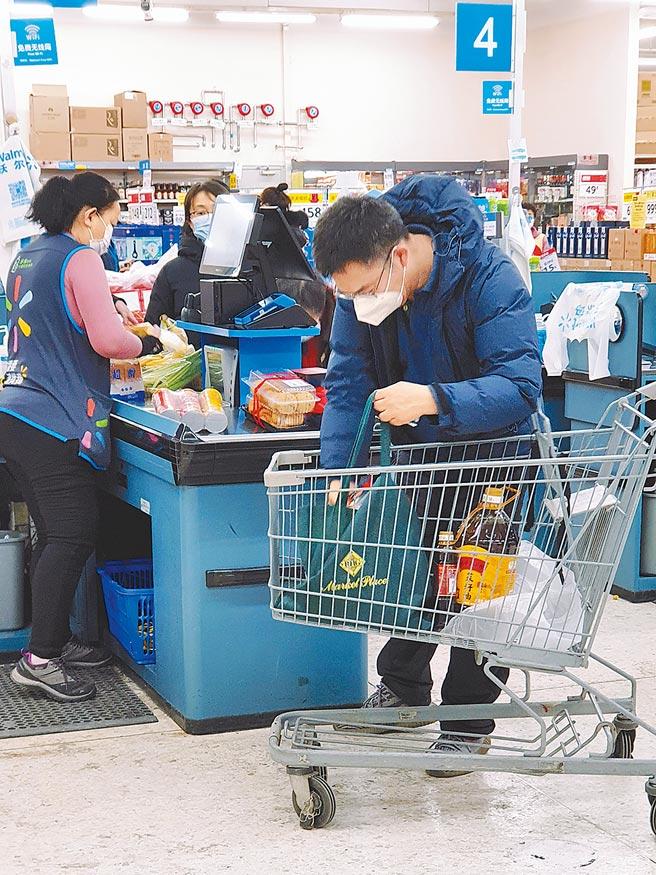 大陸限塑令,各大賣場的塑膠袋不免費提供,須花錢購買。許多消費者自備環保購物袋。(藍孝威攝)