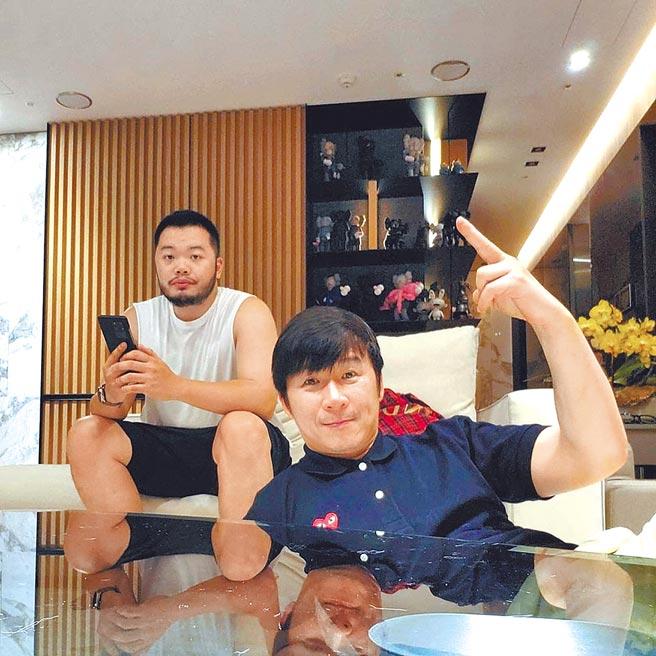 陳鎮川(圖右)與Darren等待20個月,日前喜獲愛子。(摘自IG)