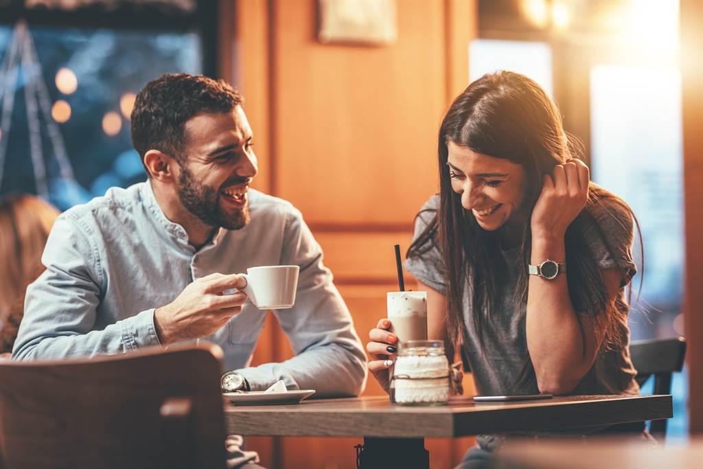 網友發現對面的情侶,男友正在幫女友剪腳指甲,讓他直呼相當噁心。(示意圖/Shutterstock提供)