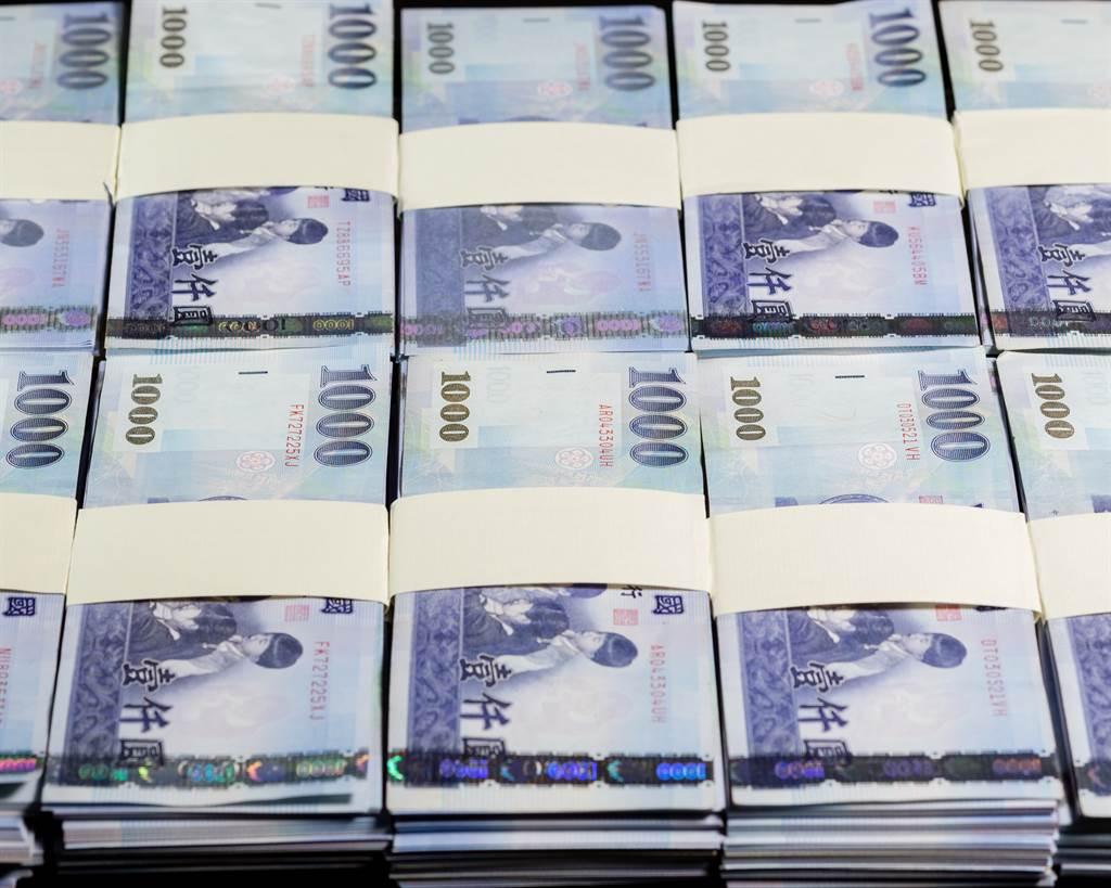 阿公承諾要給50萬元,沒想到竟是1張「50萬元金圓券」。(示意圖/Shutterstock提供)