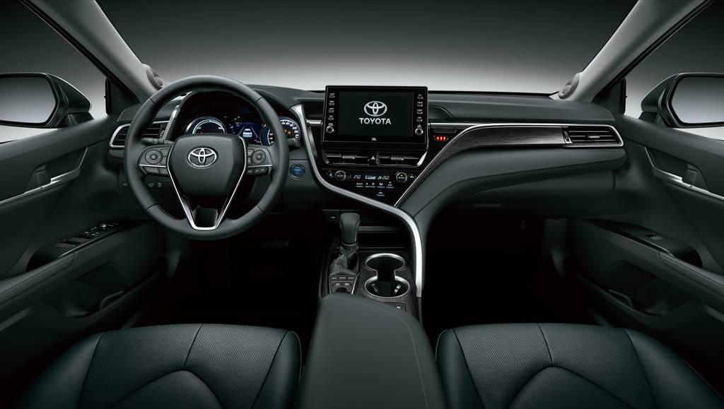 內裝設計透過全新設計典雅木紋中控飾板,提升車室精緻質感氛圍。