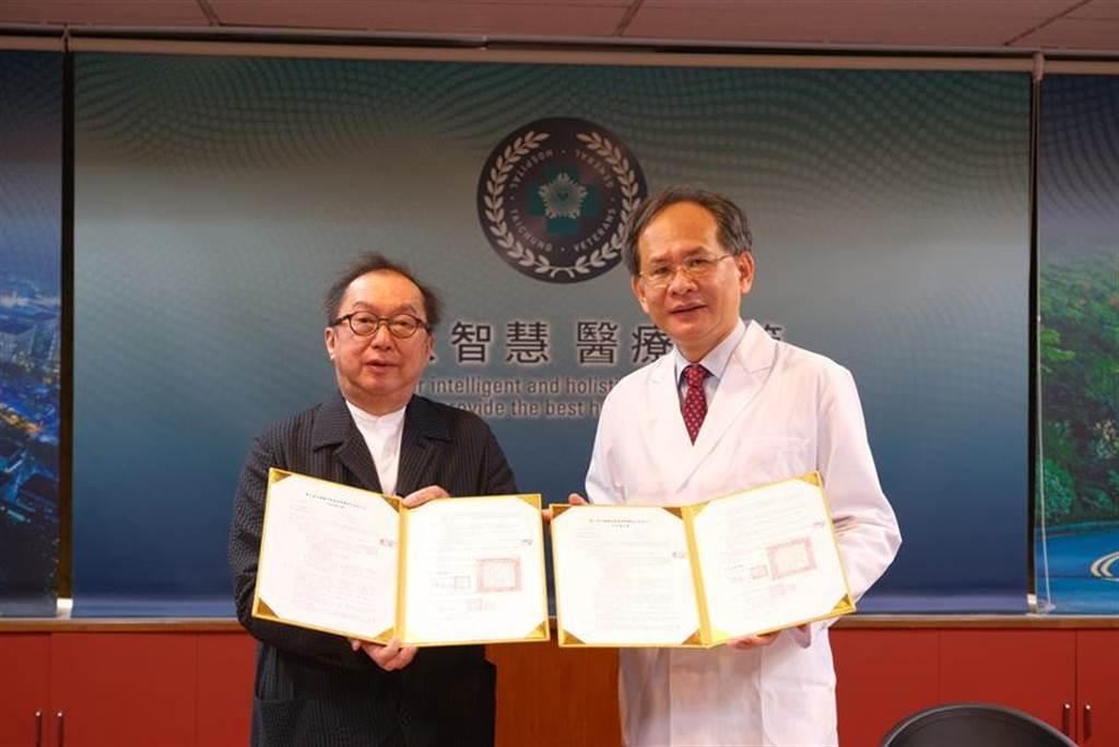 (台中榮總院長陳適安(右)2日與廣達電腦公司董事長林百里,共同簽署合作備忘錄。圖/台中榮總提供)