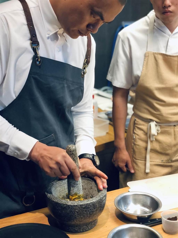 (RAW餐厅原主厨Alain黄以伦受伤需復健离职,江振诚将重披厨师服走进厨房亲自坐镇掌杓。图/RAW)