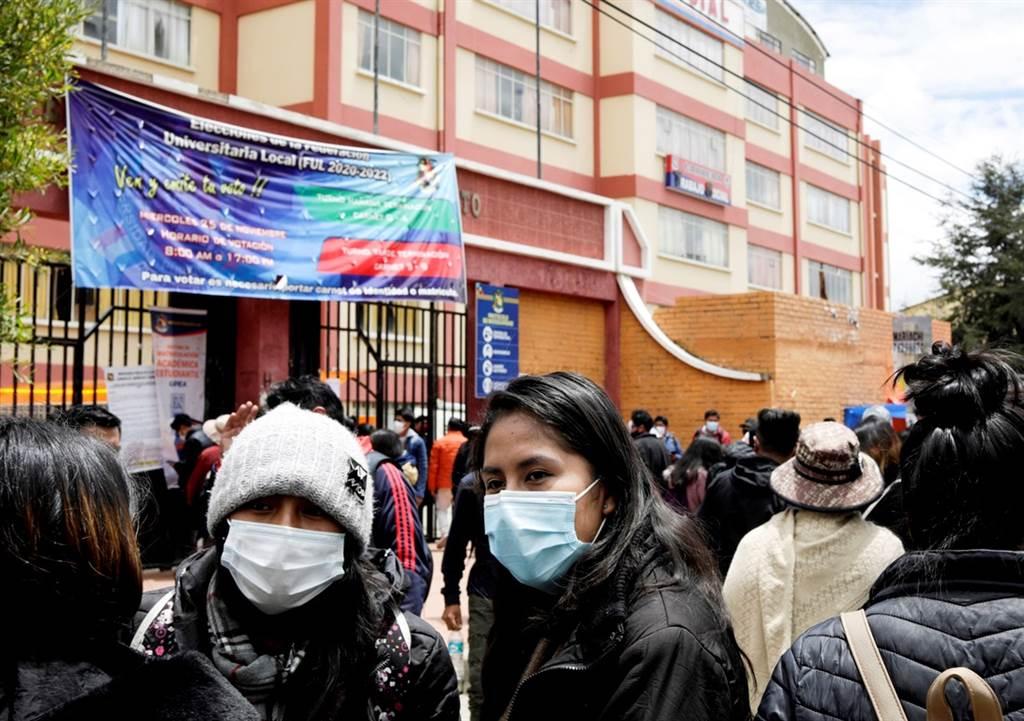 玻利维亚爱尔阿托大学(Public University of El Alto)2日发生学生「挤爆走廊栏杆」,集体从4楼坠下1楼的意外,造成7名学生不幸死亡、多人重伤。(图/路透社)