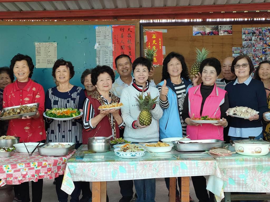 彰化縣田中鎮復興社區相挺鳳梨,做鳳梨酵素,果醬,讓社區共餐鳳梨入菜。(吳建輝攝)