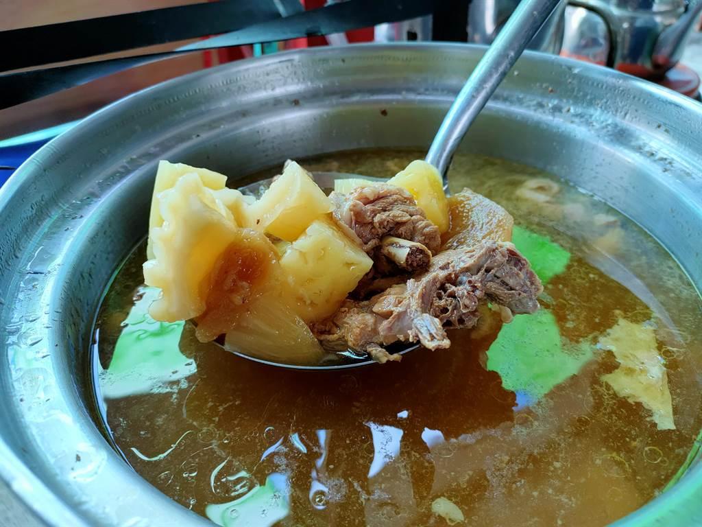 現場擺出鳳梨雞湯、鳳梨蝦球等美味的鳳梨菜餚。(吳建輝攝)