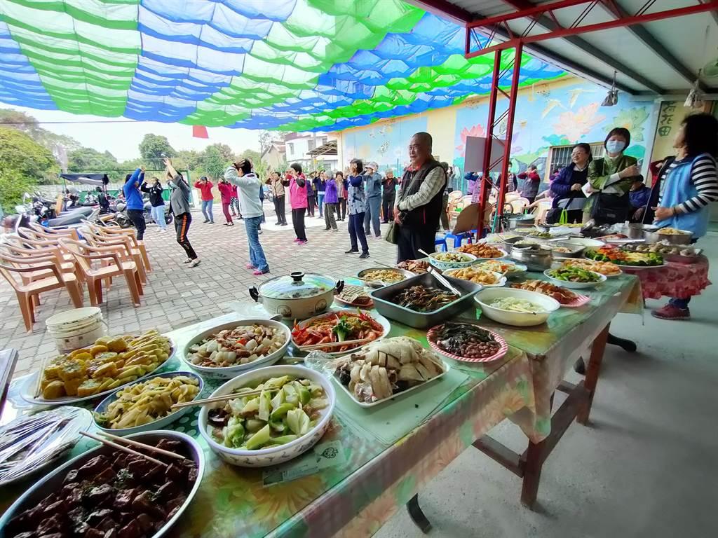 3日將近30位復興社區的長輩們齊聚一堂,一起用行動支持鳳梨農。(吳建輝攝)
