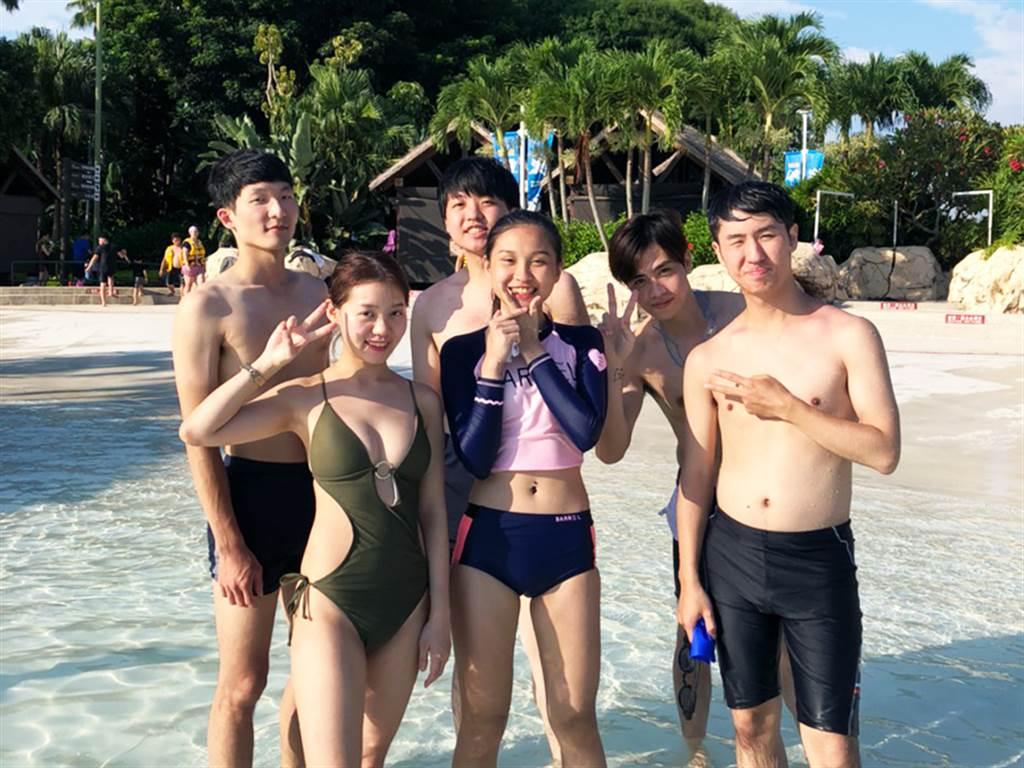 詹喬麟(圖後排左一)成為房仲經紀人後,會趁休假日與朋友相約出遊,留下美好回憶。(圖/永慶房屋提供)
