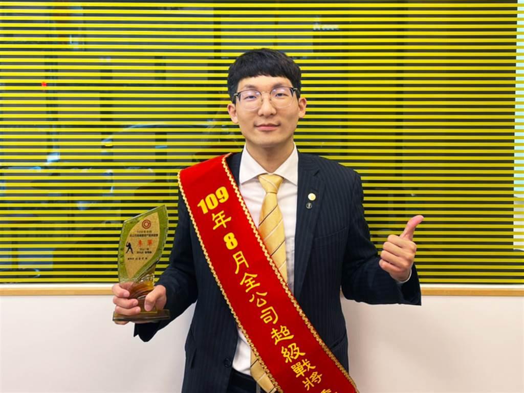 詹喬麟感謝店長賴文智的照顧,讓他轉職房仲經紀人的第一年就拿下商圈成交季軍的好成績。(圖/永慶房屋提供)