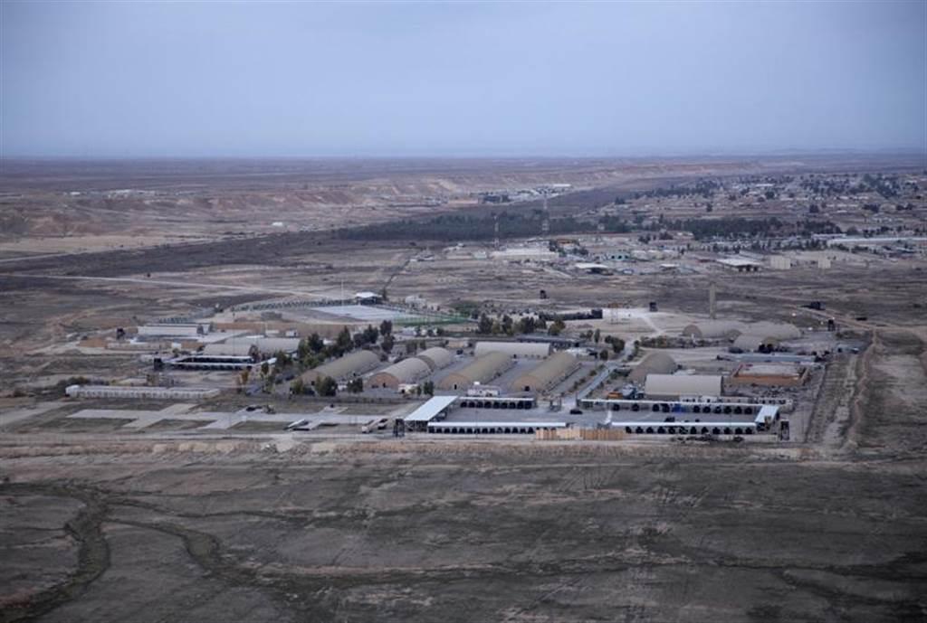 阿薩德空軍基地3日上午遭10枚火箭彈攻擊。圖為該基地鳥瞰照。(圖/美聯社)