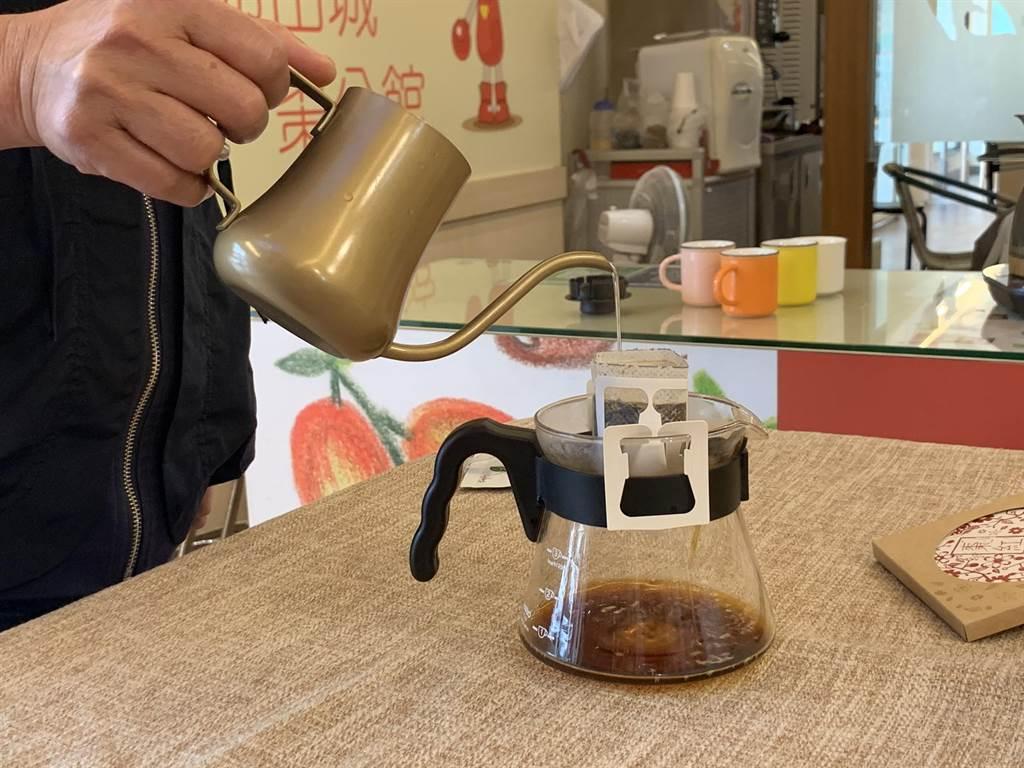 公館鄉農會與創業青年合作,推出「紅棗咖啡」,沖泡過程就可以聞到紅棗與咖啡交互融合的迷人香氣。(何冠嫻攝)