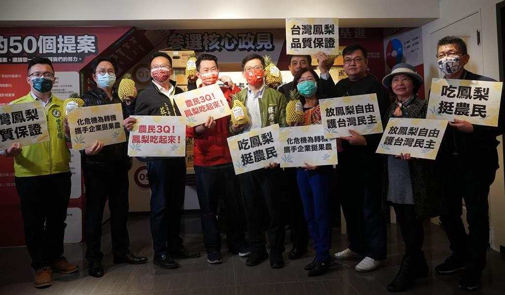 陳柏惟3日聯合立委張廖萬堅、莊競程,號召中部多家企業認購7萬台斤的鳳梨,他表示棄單行為就是「夭壽鴨霸」。(黃國峰攝)