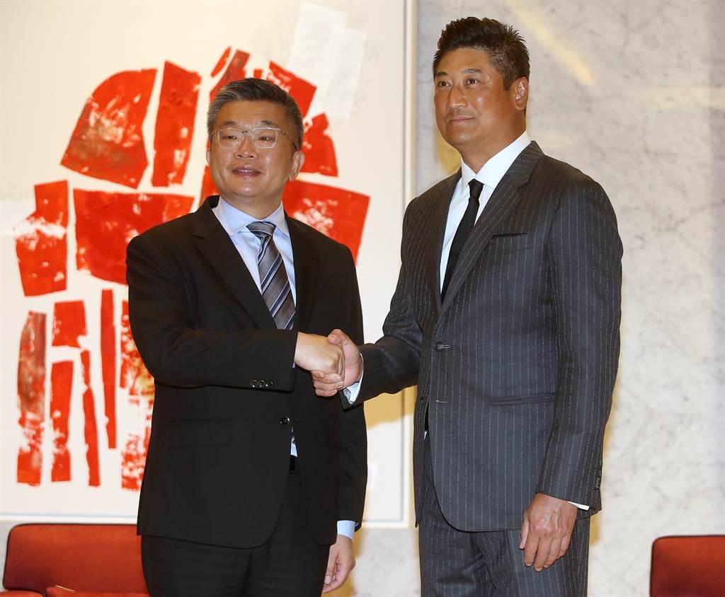 中職會長蔡其昌(左)與棒協理事長辜仲諒(右)會面,確立中華隊的目標是東奧金牌。(范揚光攝)