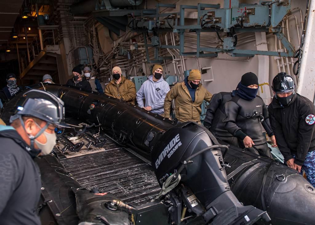 「多功能護衛艦」能執行簡單的掃布雷任務。圖為日本海自與美國海軍進行聯合掃雷訓練。(圖/DVIDS)