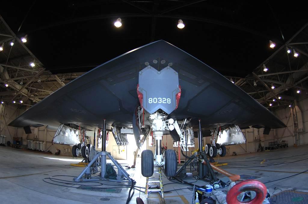 B-2轟炸機的維護工作。(圖/美國空軍)